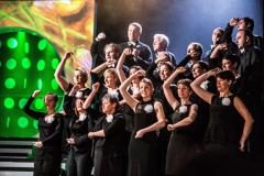 """W roli Chóru – Collegium Musicum UW, chór. Tu słychać i widać """"Balladę jarzynową"""". Fot. Teatr Syrena"""