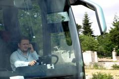 Tani, nasz przesympatyczny albańsko-włoski kierowca, właśnie rozmawia przez jeden ze swoich trzech telefonów. A potrafił przez trzy naraz! Foto: Jerzy Ratajczak