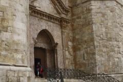W XIII-wieczne mury wbudowano rzymski łuk triumfalny. Foto: Piotr Maculewicz
