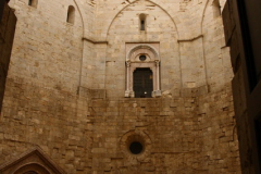 Sylwetka zamku znana jest dziś z rewersu włoskiej jednoeurocentówki. Na zdjęciu - dziedziniec, ośmiokątny jak wszystko w Castel del Monte. Foto: Piotr Maculewicz