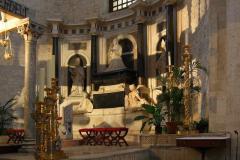 Wewnątrz, na honorowym miejscu za ołtarzem, umieszczony jest grobowiec królowej Bony - tak, tej właśnie Bony z rodu Sforza, żony Zygmunta Starego i matki Zygmunta Augusta. Foto: Piotr Maculewicz