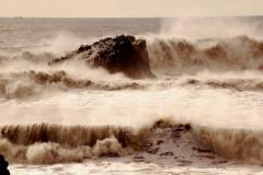 ...z hukiem rozbijają się o wulkaniczne skały,... Foto: Anna Potapowicz