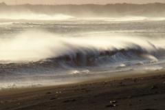 ...spychanych przez wiatr z powrotem w morze. Foto: Piotr Maculewicz