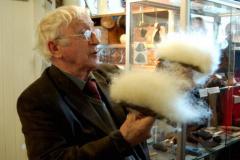 ...ale i pan Thórdur pokazał nam kilka ciekawostek, jak np. czesanie wełny,... Foto: Anna Potapowicz