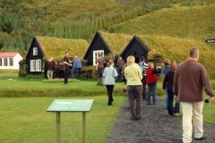 ...m.in. oryginalna zagroda z torfowo-drewnianych domków krytych darnią. Foto: Anna Potapowicz