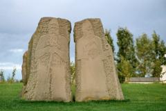 Obok skromne kamienne pomniki średniowiecznych biskupów... Foto: Piotr Bocian