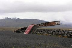 Ogień i lód, czyli powódź wulkanicznego błota, to siła niszcząca wszystko - na zdjęciu to, co zostało z kilkusetmetrowego mostu po wybuchu przykrytego lodowcem wulkanu Grímsvötn w 1996 r. Foto: Piotr Gawroński