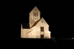 Wyjeżdżaliśmy już wieczorem, gdy oświetlony kościół był jedynym jasnym punktem w mroku islandzkiej nocy. Foto: Krzysztof Chojnowski