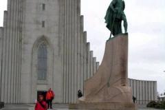 Przed kościołem pomnik Leifa Erikssona, islandzkiego odkrywcy Ameryki. Foto: Piotr Gawroński