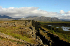 Spękane skały to granica Europy i Ameryki, a dokładnie ich płyt kontynentalnych. Foto: Piotr Gawroński