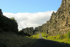 Drogą pomiędzy ścianami skalnymi schodzimy do doliny. Foto: Piotr Gawroński