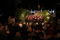 Śpiewamy pieśni podhalańskie, kurpiowskie i mazowieckie - pod palmami, w nieustającym kairskim huku, dla zasłuchanych Egipcjan. Niesamowite! Foto: PCMA