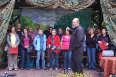 W chłodne sierpniowe przedpołudnie stanęliśmy na drewnianej scenie w Praniu, by przygotować się do koncertu. Fot. Paweł Piszczatowski
