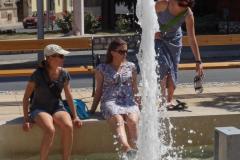 …więc niektórzy wybrali chwilę ochłody w lokalnej fontannie. Fot. Iwona  Januszkiewicz-Rębowska