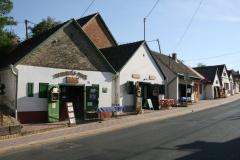 Miasteczko Villány całe składa się z winiarni, piwniczek i sklepików. Fot. Piotr Boratyński