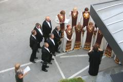 """Następnego dnia koncert kategorii """"folk"""" - przed hotelem ćwiczy chór """"Pro Musica"""" z rumuńskiego Sfântu Gheorghe. Fot. Agnieszka Sawinda"""