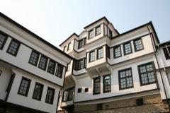Domy z nadbudowanymi piętrami, zwieszające się nad głowami przechodniów,… Fot. Piotr Boratyński