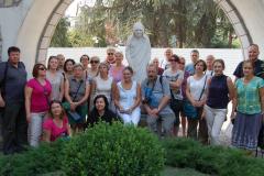 Pamiątkowe zdjęcie z Panią Dyrektor u stóp figury błogosławionej Matki Teresy. Fot. Anna Potapowicz