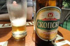 Na koniec łyk lokalnego piwa dla ochłody (nie wiedzieć czemu nie zachowało się żadne zdjęcie przepysznych macedońskich win…). Fot. Ancja Łabuszewska