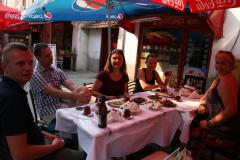 I jeszcze szklaneczka mocnej i słodkiej herbaty, tradycyjna dla bałkańsko-tureckiej kuchni. Fot. Piotr Boratyński