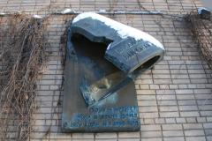 Po mszy czas na szybkie zwiedzanie Moskwy. Już naprzeciw katedry pamiątka po sławnym artyście – w tym domu mieszkał Włodzimierz Wysocki.  Fot. Piotr Węgiełek