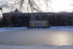 ...ze stawem pośrodku, na którym w zimowe dni można pojeździć na łyżwach. Fot. Iwona Januszkiewicz-Rębowska