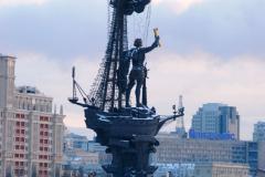 Niedaleko, nad brzegiem rzeki Moskwy, kolejny pomnik – blisko stumetrowy monument cara Piotra Wielkiego, wystawiony 20 lat temu. Plotki głoszą, że autor – Zurab Cetereli – tak naprawdę szykował ten projekt dla Miami na 500-lecie odkrycia Ameryki. Hmm...  Fot. Piotr Węgiełek