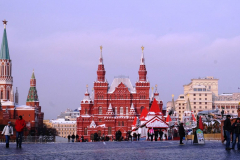 Plac Czerwony: po lewej Kreml, na wprost Państwowe Muzeum Historyczne, zbudowane w XIX w. w tzw. rosyjskim stylu narodowym. Na jego wieżach złote dwugłowe orły, które już wkrótce także na wieżach Kremla zastąpią czerwone gwiazdy. Fot. Jacek Iwaszko