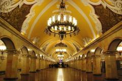 Komsomolskaja (1952) to już festiwal socrealistycznego eklektyzmu: korynckie głowice kolumn, sztukaterie na wzór barokowych rosyjskich pałaców... Fot. Piotr Węgiełek