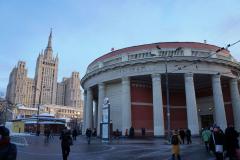"""Takich """"wysotek"""" jest w Moskwie 7 – tzw. Siedem Sióstr z lat 1952-1955. Oto kolejna z nich, niedaleko stacji Krasnopriesnienskaja, w pobliżu Ambasady. No właśnie, pora wracać i śpiewać. Fot. Jacek Iwaszko"""