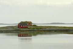 Mijamy samotne domy na szkierach (płaskich skalistych wysepkach)… Foto: Piotr Gawroński