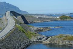 8 mostów i liczne groble łączą wysepki i szkiery, omijając niebezpieczną skalistą zatokę – jest to jedyna droga lądowa z wyspy Averøya na stały ląd. Foto: Anna Kaczmarek