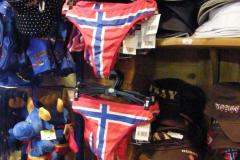 """Sklepik z pamiątkami głównie """"made in China"""" – jak widać, Norwegowie mają swobodny stosunek do symboli narodowych. Foto: Ancja Łabuszewska"""