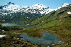Ruszamy dalej przez górski krajobraz, wśród skał, polodowcowych jeziorek i płatów śniegu. Foto: Anna Potapowicz
