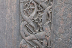 Ornamenty drewniane w stylu Urnes są popularnym motywem sztuki rzeźbiarskiej. Tak dawni Wikingowie wyobrażali sobie biblijny motyw lwa walczącego z wężem. Foto: Andrzej Borzym