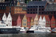 Najstarsza część portu, zwana Bryggen, to drewniane, przechylające się ze starości, XVI-wieczne składy i spichrze hanzeatyckich kupców. Foto: Anna Potapowicz