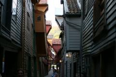 Bryggen to wąskie uliczki z małymi żurawiami… Foto: Maria Boratyńska