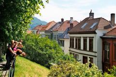Już parę metrów za centrum zaczynają się charakterystyczne norweskie domki… Foto: Piotr Bocian