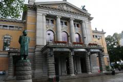 Jeszcze Teatr Narodowy z pomnikiem Henrika Ibsena. Foto: Ancja Łabuszewska