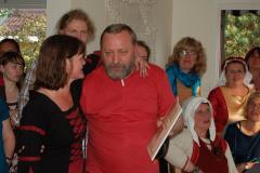 Lene i Andrzej wymienili upominki (dostaliśmy zbiory starych norweskich pieśni!)… Foto: Anna Potapowicz