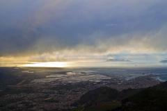 Pod nami miasto Trapani na wrzynającym się w morze półwyspie. Jedziemy do Erice – z poziomu morza gdzieś w chmury, 750 m wyżej. Fot. Artur Mikołajewski