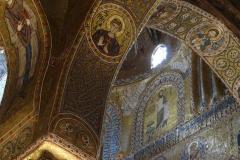 Sceny biblijne i wizerunki świętych Wschodu i Zachodu pokrywają całe wnętrze katedry (ponad 6000 m<sup>2</sup>). Fot. Iwona Januszkiewicz-Rębowska