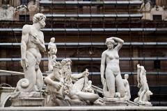Niemal cały Piazza Pretoria zajmuje fontanna z kilkudziesięcioma całkiem nagimi postaciami – stąd lokalna nazwa Piazza della Vergogna (Plac Wstydu). Fot. Artur Mikołajewski