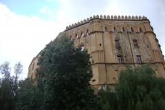 Zamek w Palermo stoi w tym miejscu od czasów normańskiego panowania nad Sycylią; pamięta rządy szwabskich Hohenstaufów, hrabiów Anjou (czyli po naszemu  Andegawenów)… Fot. Klaudia Kalita