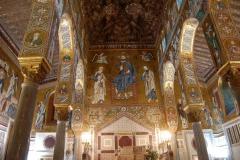 Na przeciwległej ścianie – patroni kaplicy, święci Piotr i Paweł. Fot. Anna Potapowicz