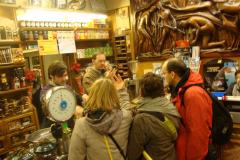 Jeszcze wizyta w sklepie w kawą i słodyczami, by kupić coś z Sycylii dla rodziny w starym kraju (za spontaniczne wykonanie Tu scendi dalle stelle poczęstowano nas pysznym espresso). Fot. Klaudia Kalita