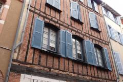W krajobrazie faktycznie dominują czerwone domy z sinoszarymi okiennicami,... Fot. Ancja Łabuszewska