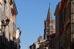 Z daleka widać wieżę bazyliki św. Saturnina (St. Sernin),... Fot. Ancja Łabuszewska