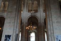 Wnętrze imponujące, raczej pustawe, choć uwagę zwraca niezwykła fotograficzna Droga Krzyżowa,... Fot. Ancja Łabuszewska