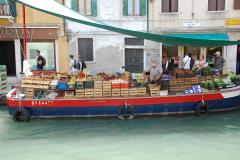 …na wodzie odbywa się tu prawie wszystko: i handel…  Foto: Andrzej Borzym